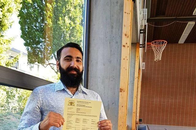 Der Geflüchtete Atif Aman wohnte in der Turnhalle, in der er später sein Zeugnis bekam