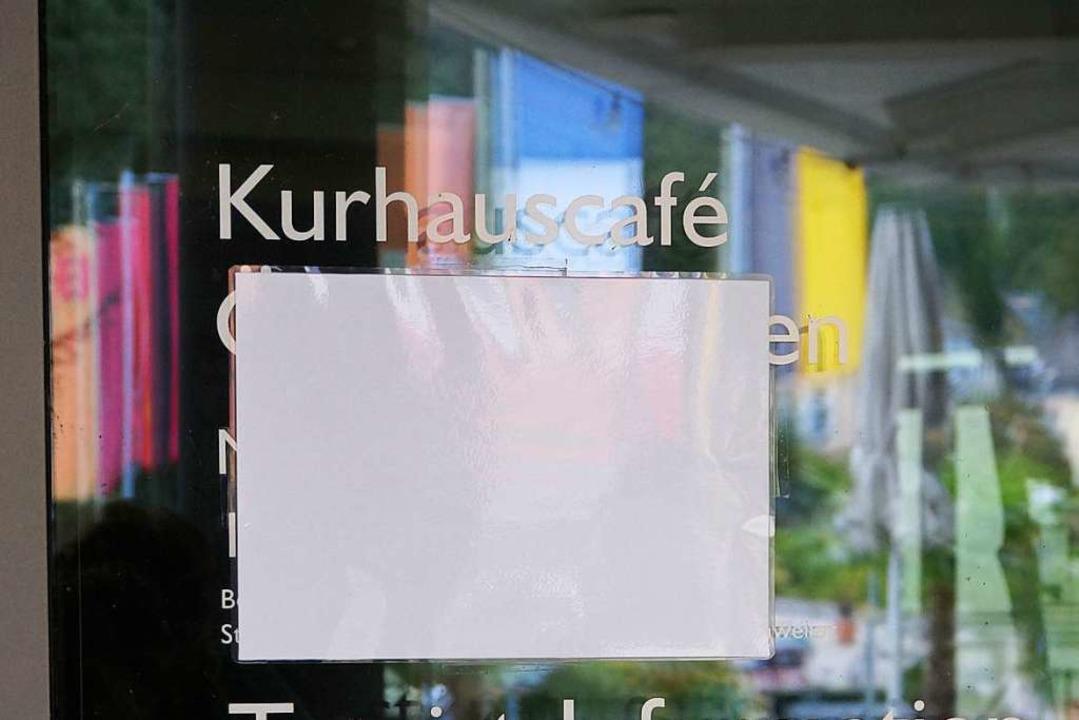 Das Kurhauscafé hat trotz Corona-Locke...ten an der Tür sind deshalb abgeklebt.  | Foto: Silke Hartenstein