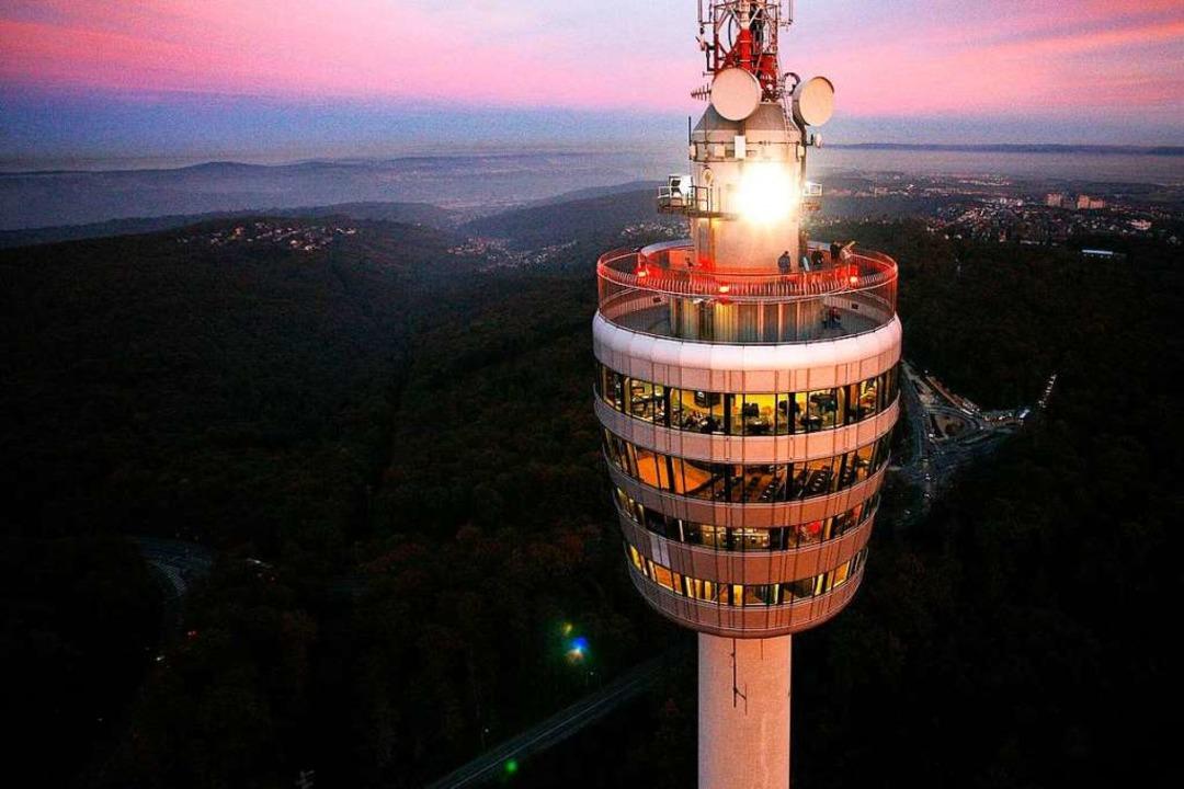 Der Stuttgarter Fernsehturm thront übe... Corona-Statistiken überschritten hat.    Foto: DB Achim Mende