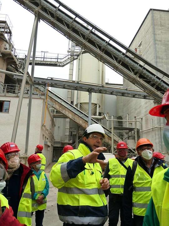 Betriebsleiter Oliver Arts erklärt den Besuchern die Produktionsabläufe.  | Foto: Yvonne Siemann