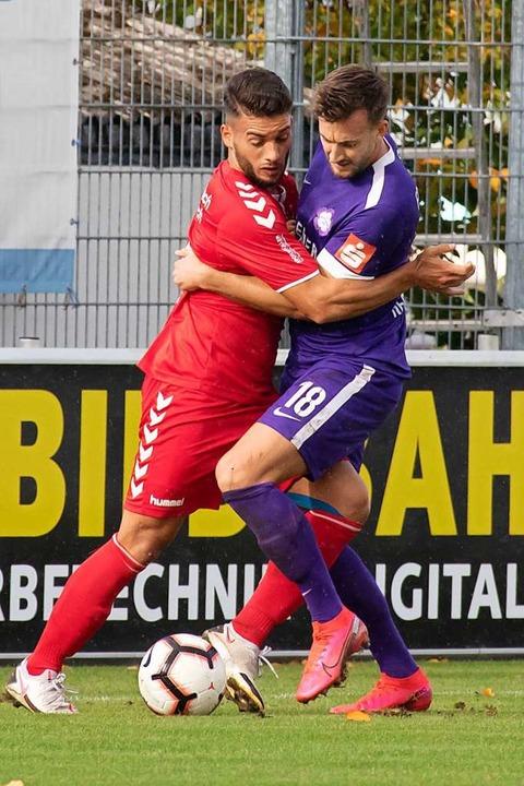 Tänzchen um den Ball: FVLB-Innenvertei...tinger Torschützen Niklas Hecht-Zirpel  | Foto: Ralf Becker