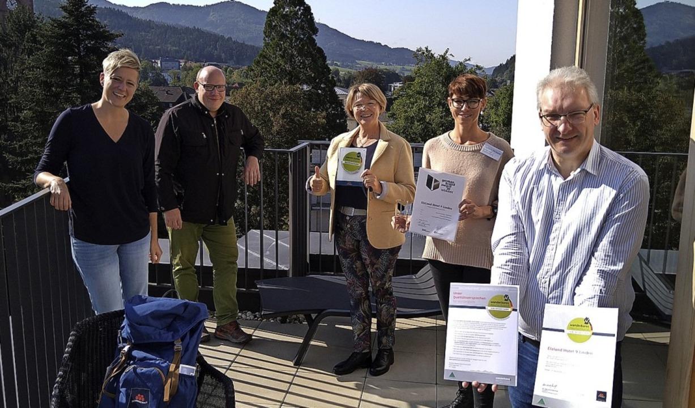 Ulrike Weiß (von links), Philipp Häßle...bergabe des Deutschen Wanderverbandes.    Foto: Zweitälerland Tourismus