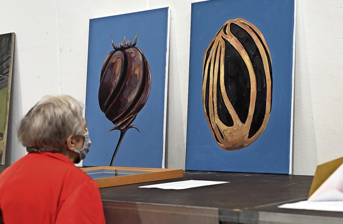 Eine Besucherin und zwei Bilder von Gela Samsonidse  | Foto: Rita Eggstein