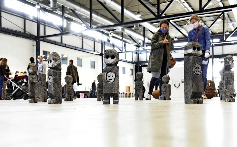 Skulpturen von Marco Schuler in einem Steinkreis mitten in der Messehalle   | Foto: Rita Eggstein