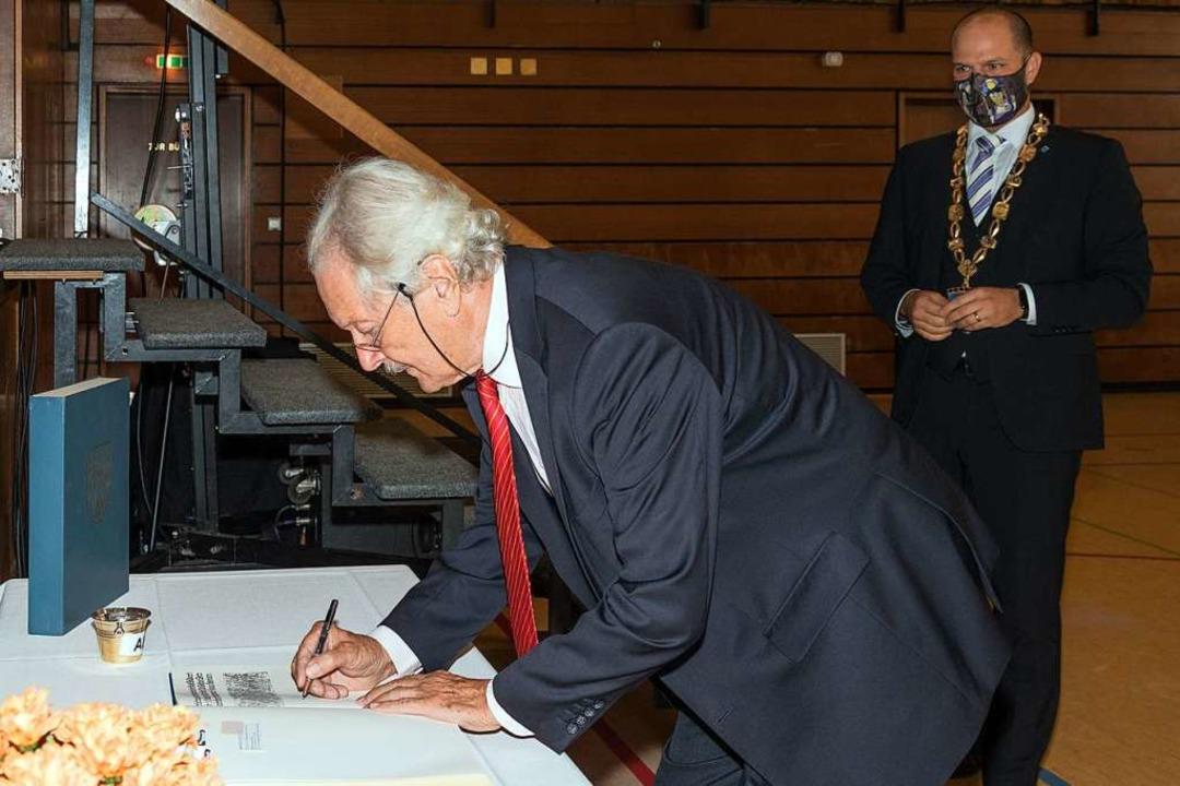 Nach dem Festakt trug sich Professor Wette in das Goldene Buch der Stadt ein.  | Foto: Helmut Rothermel