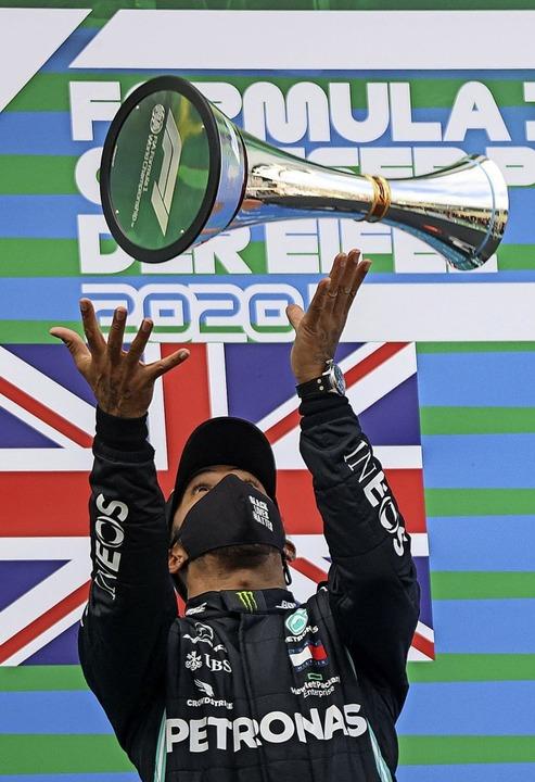 Vertrauter Anblick: Formel-1-Pilot Lewis Hamilton in Siegerlaune.  | Foto: WOLFGANG RATTAY (AFP)