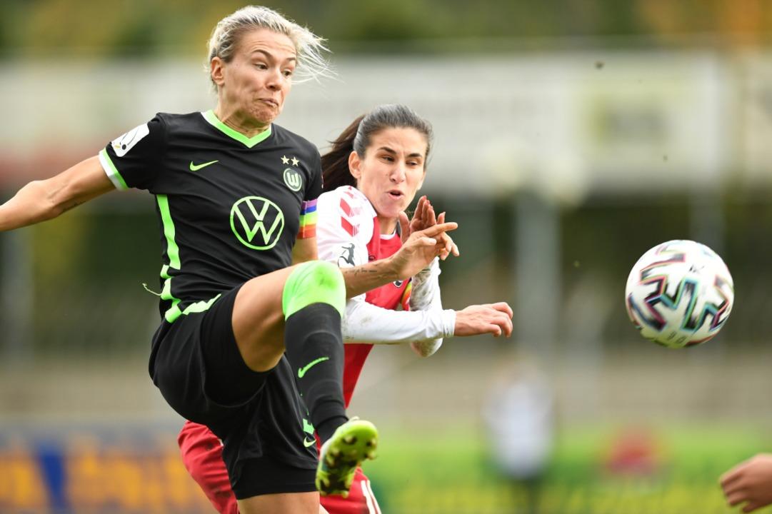 Die beiden Torschützinnen des Spiels s...pf mit VfL-Stürmerin  Zsanett Jakabfi.  | Foto: Achim Keller