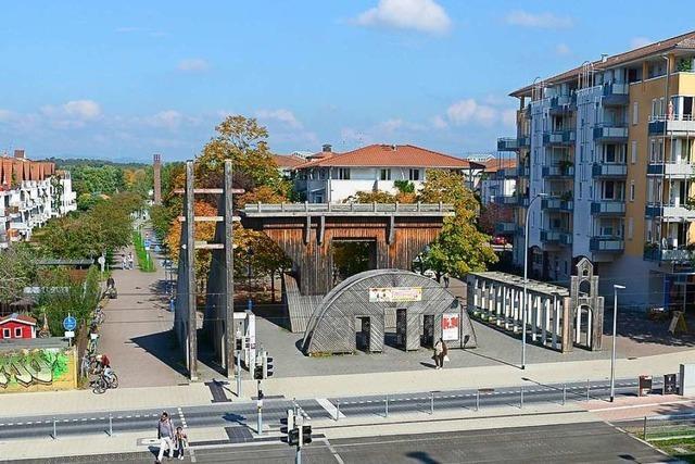 Die große Holzskulptur am Betzenhauser Torplatz kommt jetzt weg