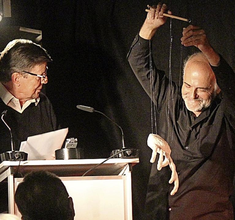 Bodo Primus (links) las J.P. Hebel mit dem  Marionettenspieler Daniel Clénin      Foto: Martin Klabund