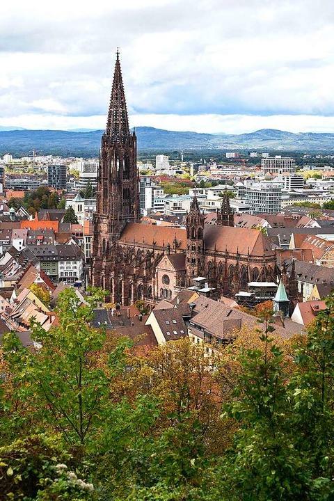 Der Blick vom Schlossberg ist inzwisch...frei. Das Münster bleibt unübersehbar.  | Foto: Thomas Kunz