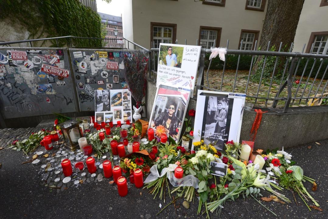 An der Niemensstraße erinnern Blumen, ...d Bilder an den getöteten 20-Jährigen.  | Foto: Ingo Schneider