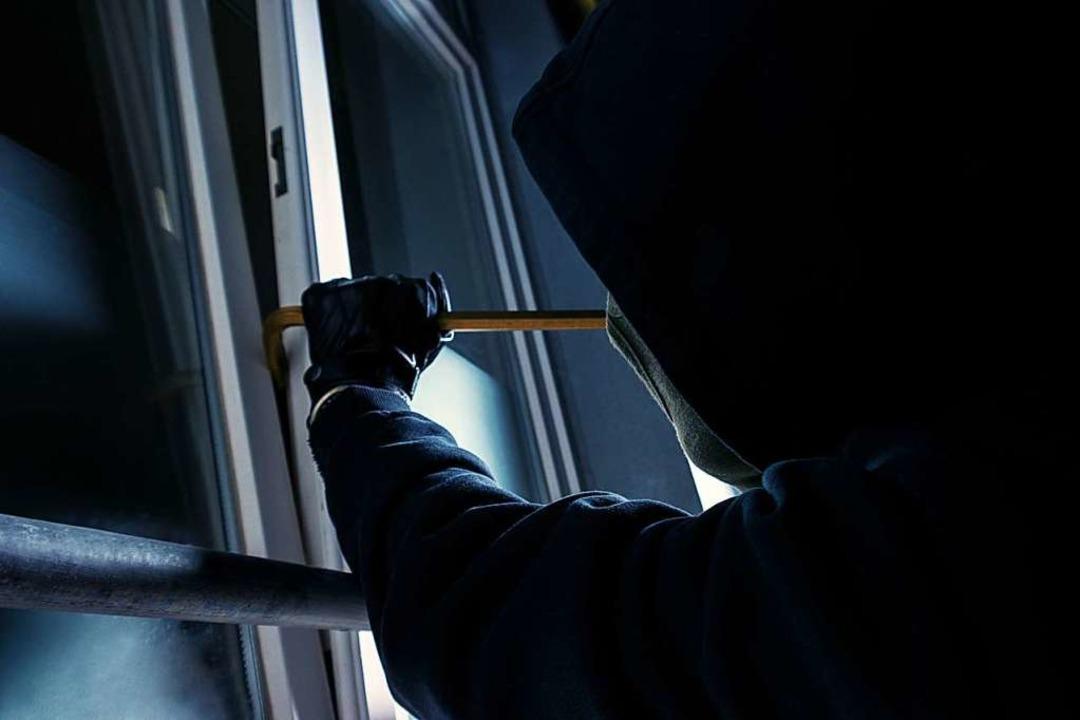 Bei einer Wohnung wurde die Terrassentür aufgehebelt (Symbolbild).  | Foto: rcfotostock - stock.adobe.com