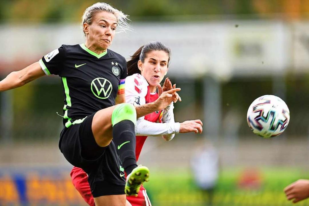 SC-Stürmerin Hasret Kayikci (rechts), ... mit Zsanett Jakabfi vom VfL Wolfsburg    Foto: Achim Keller