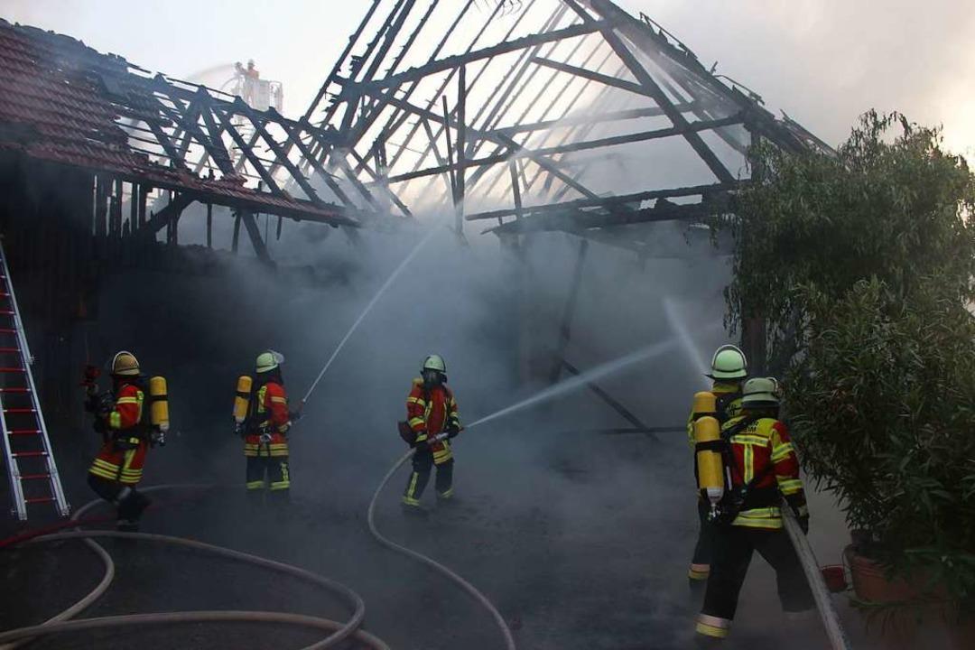 Bei diesem Scheunenbrand 2019 waren mehr als 70 Feuerwehrleute im Einsatz.  | Foto: Feuerwehr Herbolzheim