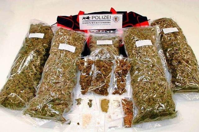 Junges Trio, das mutmaßlich mit 33 Kilo Marihuana handelte, steht vor Gericht