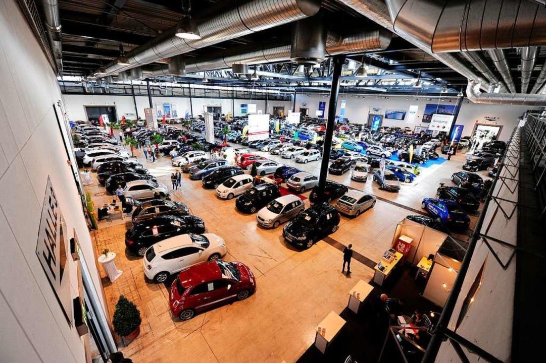 In den Hallen und im Freien werden gebrauchte Autos aller Art angeboten    Foto: Ingo Schneider