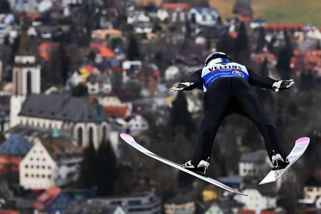 Damit Skispringer wie der  Japaner Ryo...iert sich Walter Sing im Schanzenteam.  | Foto: Patrick Seeger (dpa)