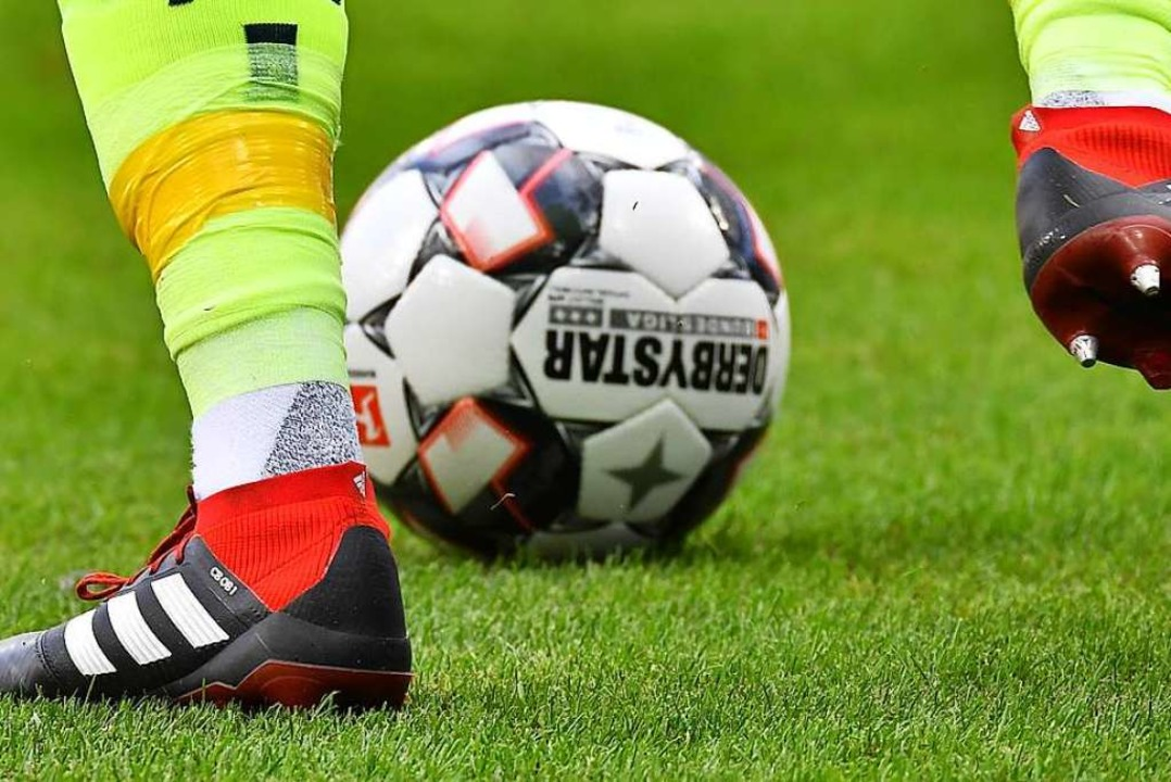Noch rollt der Ball im Fußballbezirk S...n jüngsten Corona-Ausfällen zum Trotz.    Foto: Achim Keller