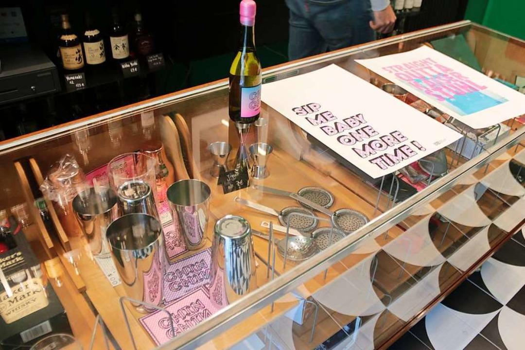 Spirituosen, Zubehör und Poster gibt es zu kaufen.  | Foto: Joshua Kocher