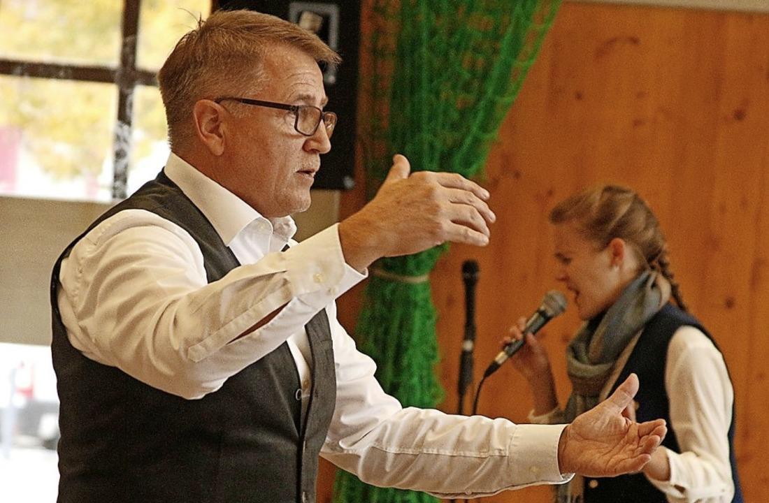 """Dirigent Roland Gutbrod leitete das Or...8222;Gabriellas Song"""" ergänzte.     Foto: Heidi Fößel"""
