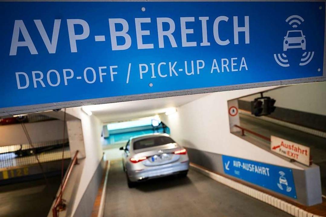 Eine Mercedes-Benz S-Klasse ohne Insas...ein Parkhaus am Stuttgarter Flughafen.    Foto: Marijan Murat (dpa)