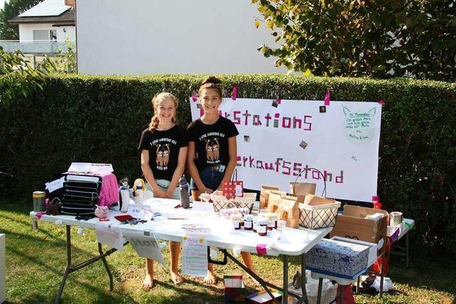 Zwei Schülerinnen unterstützen mit ihrer