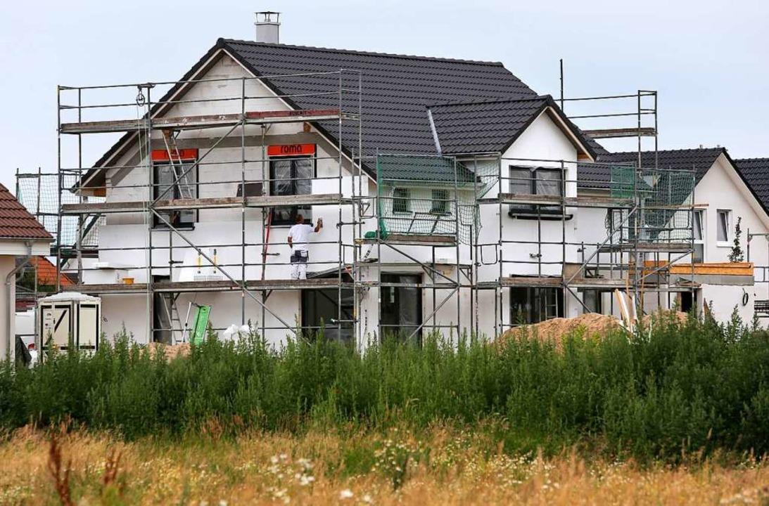 Viele träumen von einem Eigenheim,  Ba... um rechtskonforme Vergaberichtlinien.  | Foto: Bernd Wüstneck