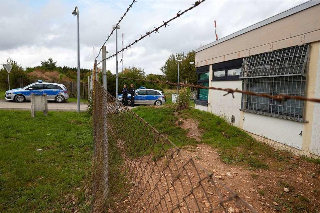Polizisten sichern das Gelände eines ehemaligen Bundeswehr-Bunkers.  | Foto: Thomas Frey (dpa)
