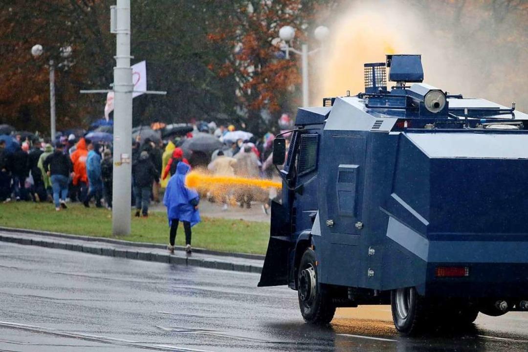 Am Sonntag wurden in Minsk Wasserwerfe...asser gegen Protestierende eingesetzt.  | Foto: STRINGER (AFP)