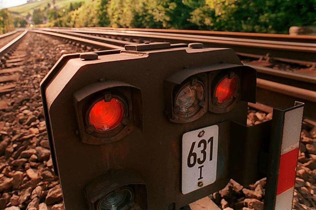 Signal auf Rot – wegen einer Aus...r Bahnverkehr am Samstag unterbrochen.  | Foto: Juri Junkov