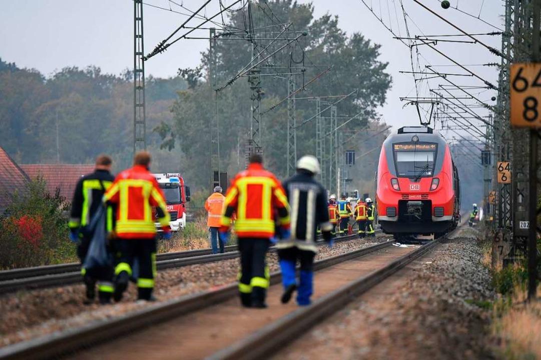 Rettungskräfte sind an der Unfallstelle im Einsatz.  | Foto: Matthias Balk (dpa)