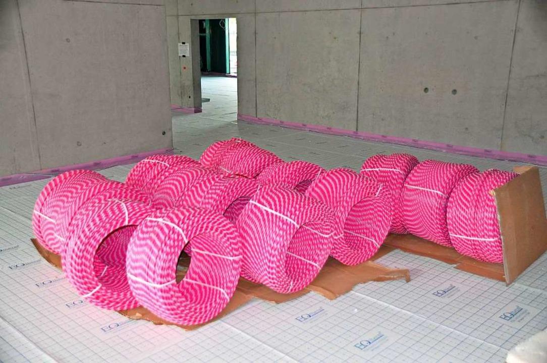 Baustellencharme in Pink: Heizschläuch...ebäude für ein gutes Raumklima sorgen.  | Foto: Rainer Ruther