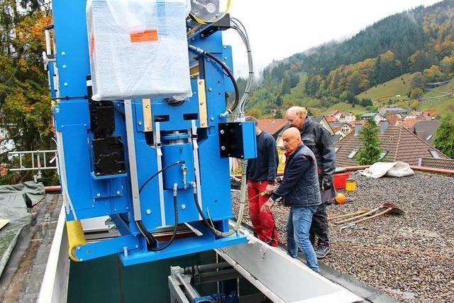 14,5 Tonnen schwere Maschine schwebt durch Todtnau