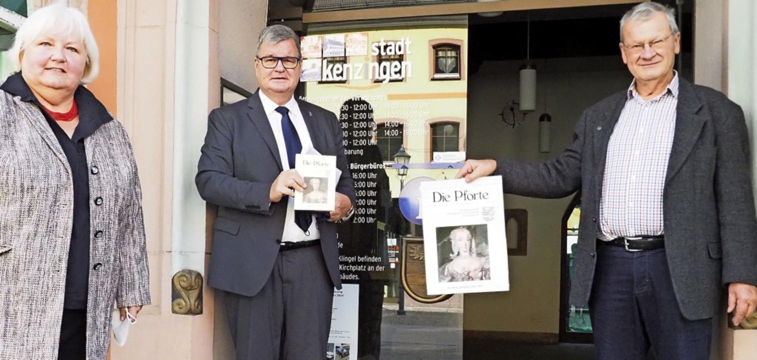 """Roswitha und Klaus Weber präsentieren ...(Mitte) die neue """"Pforte"""".    Foto: Michael Haberer"""