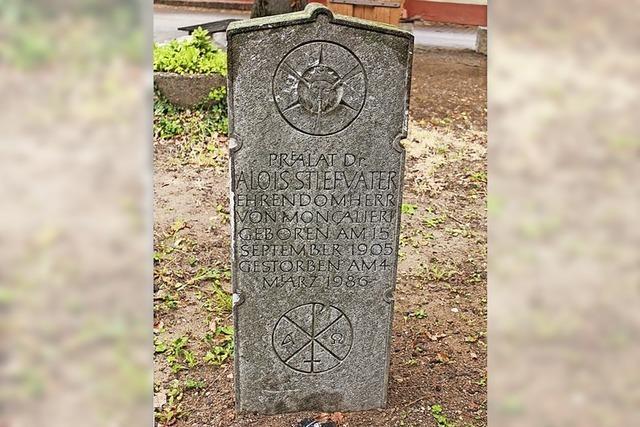 Grabsteine neben der Kirche gesegnet
