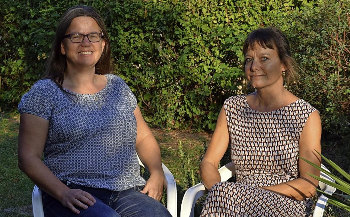 Kerstin Manz (links) und Cornelie Büch...reisacher Helferkreis für Flüchtlinge.  | Foto: Kai Kricheldorff