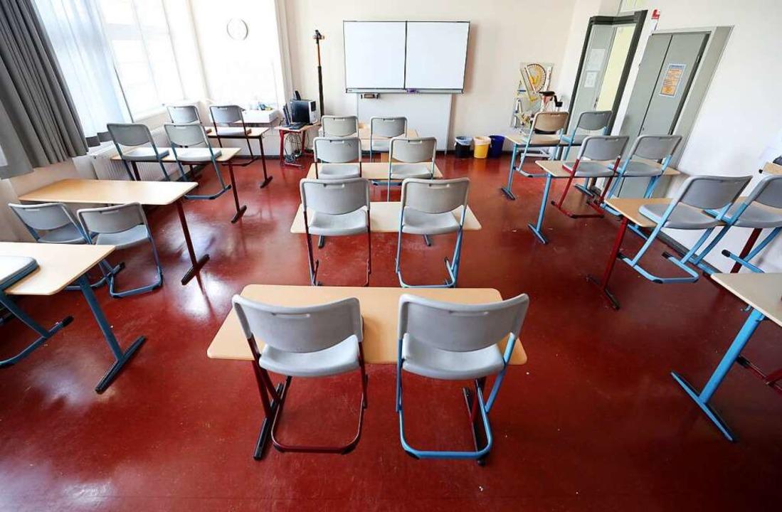 An vierzehn Freiburger Schulen und  ac...eils leere Klassenzimmer (Symbolbild).  | Foto: Bernd Wüstneck (dpa)