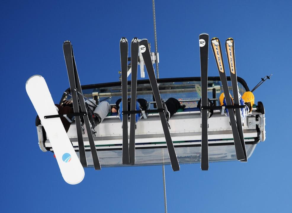 Auch im Corona-Skiwinter werden alle Plätze in den Sesselbahnen besetzt.  | Foto: Patrick Seeger