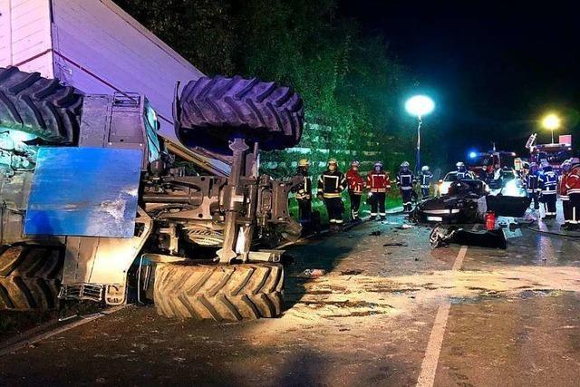 Traktor und Auto krachen bei Wehr zusammen