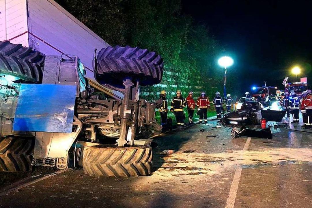 Ein Traktor mit Anhänger ist am Dienst...uf der B518 kollidiert und umgekippt.   | Foto: Feuerwehr Wehr