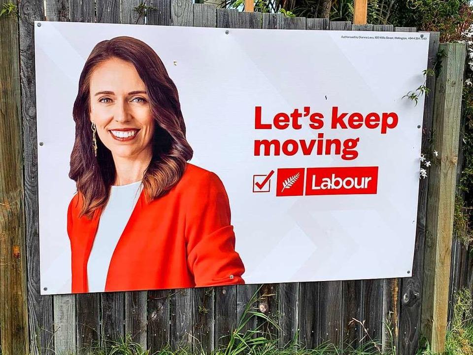 Die Frau mit dem roten Jackett: Jacinda Ardern auf einem Wahlplakat  | Foto: Sissi Stein-Abel
