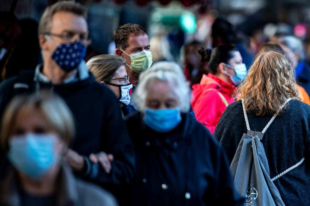 Die Maskenpflicht soll überall dort ei...ger zusammenkommen (Foto aus Hamburg).  | Foto: Axel Heimken (dpa)