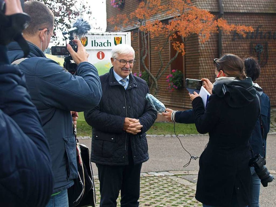 Ibachs Bürgermeister Helmut Kaiser steht Medienvertretern Rede und Antwort.    Foto: Karin Stöckl-Steinebrunner