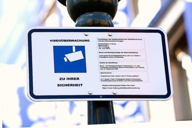 Tafeln, die auf Videoüberwachung in Freiburg hinweisen, sind kaum zu sehen