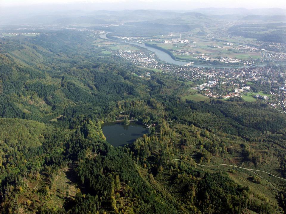 Der fünf Hektar große Bergsee bei Bad Säckingen (im Hintergrund) aus der Luft.  | Foto: Erich Meyer