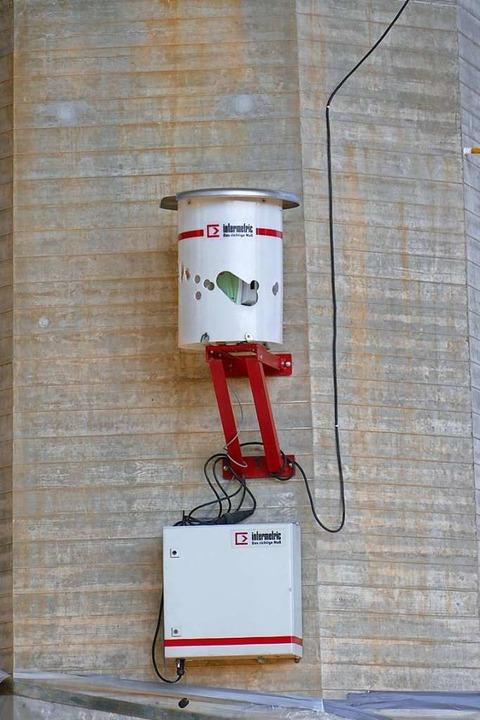 Dieses Lasermessgerät kontrolliert die Bewegung des Bauwerks.    Foto: Peter Gerigk
