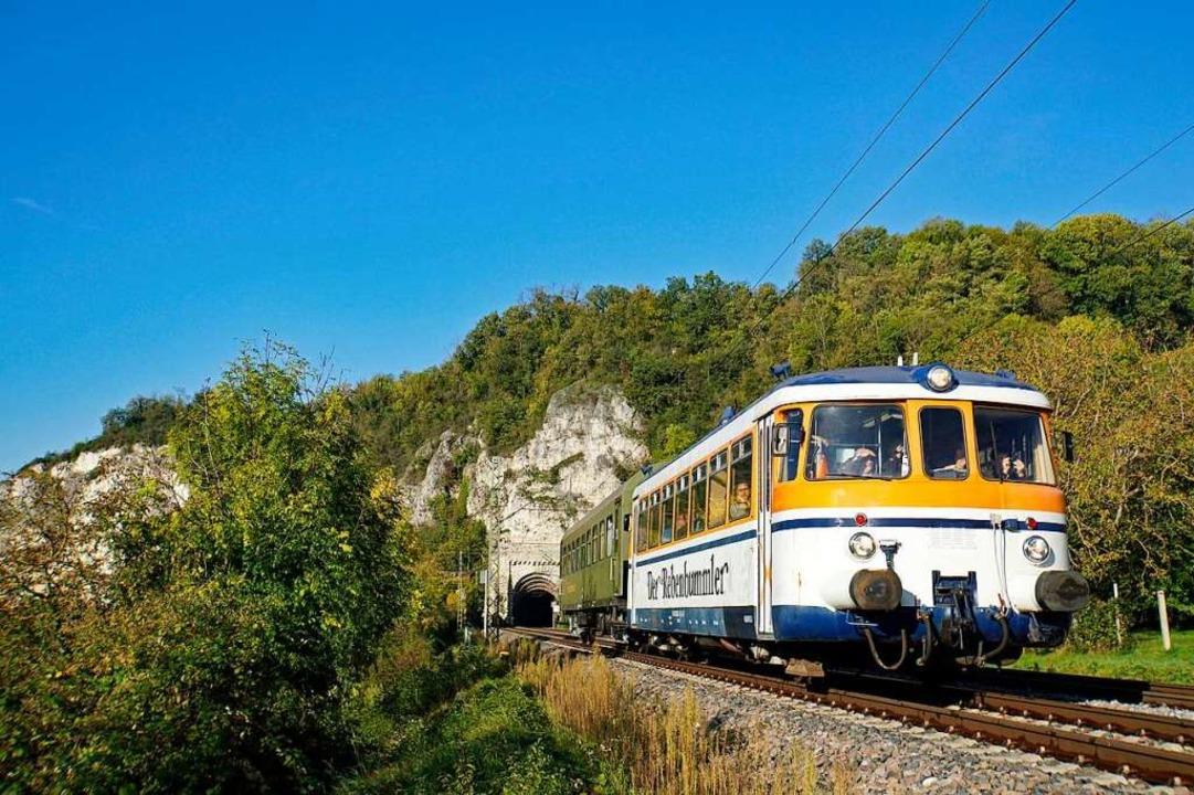 Der Schienenbus beim Isteiner Tunnel i...sönliche Lieblingsmotiv der Göttlichs.  | Foto: Hein Göttlich