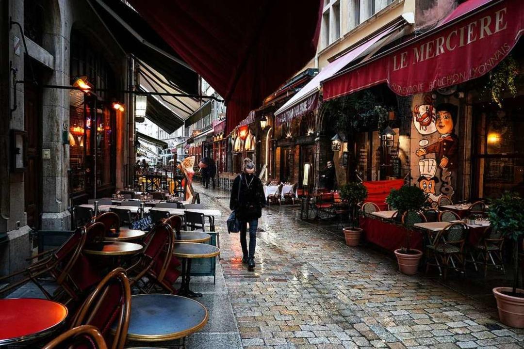 Leere Cafés in Lyon: Viele Großstädte ...nd bereits auf der höchsten Warnstufe.  | Foto: Laurent Cipriani (dpa)