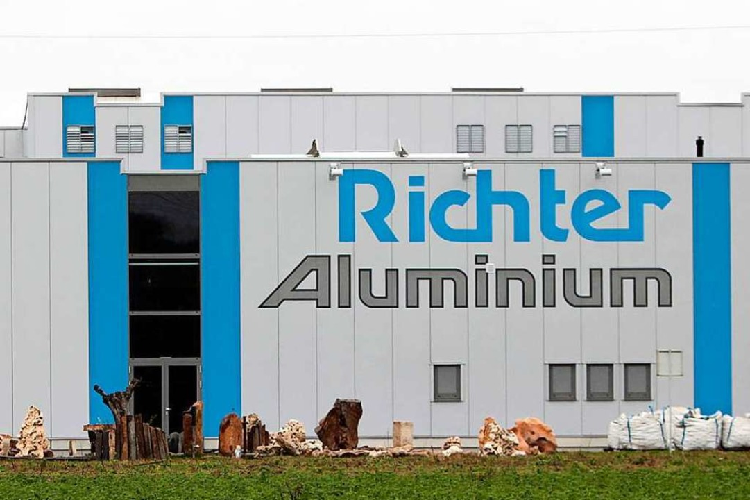 Prominent an der A5 nahe der Ausfahrt ...n in der Aluminiumindustrie tätig ist.  | Foto: Christoph Breithaupt