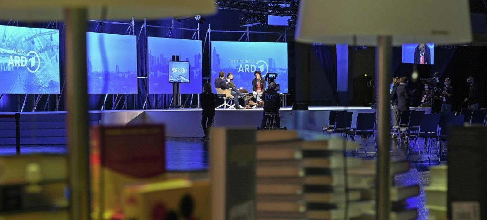 Allein auf weiter Flur: Die ARD-Bühne ...are Ort auf  dem Gelände der Buchmesse  | Foto: Arne Dedert (dpa)